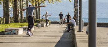 Adolescents en skate sur les quais a Ouchy